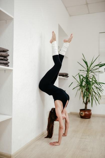 Das mädchen steht in den händen der akrobatikhalle Premium Fotos