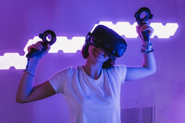 Das mädchen verbindet sich mit der virtuellen realität Premium Fotos