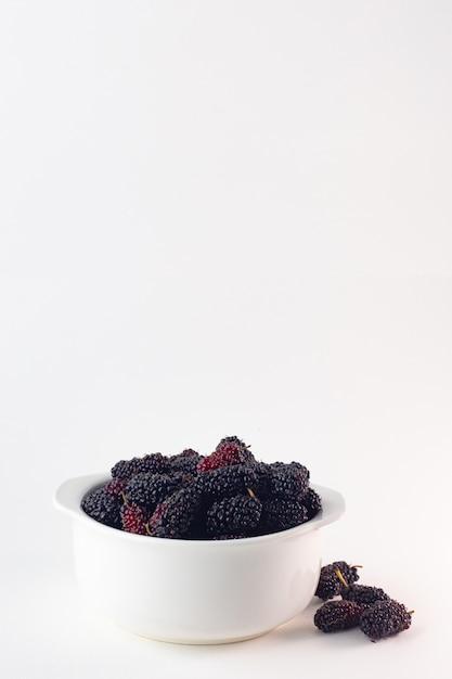 Das maulbeerfruchtbild auf weißem hintergrund. Premium Fotos