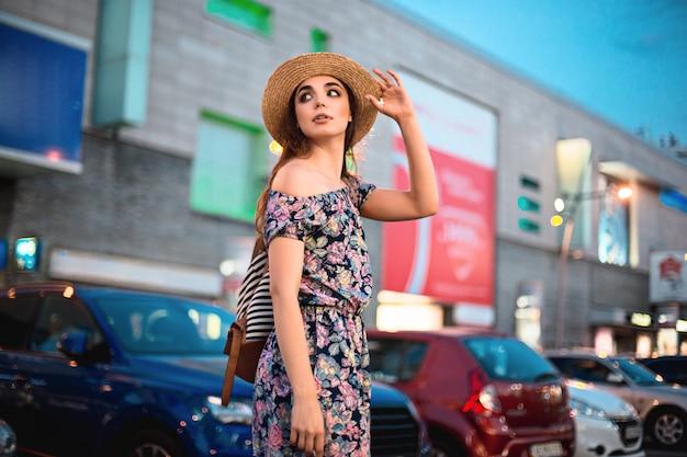 Das modefrauenporträt des jungen recht modischen mädchens, das an der stadt in europa aufwirft Kostenlose Fotos