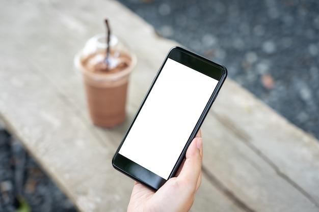 Das modellbild der frauenhand bewegliche smartphones halten lokalisierte weißen schirm Premium Fotos