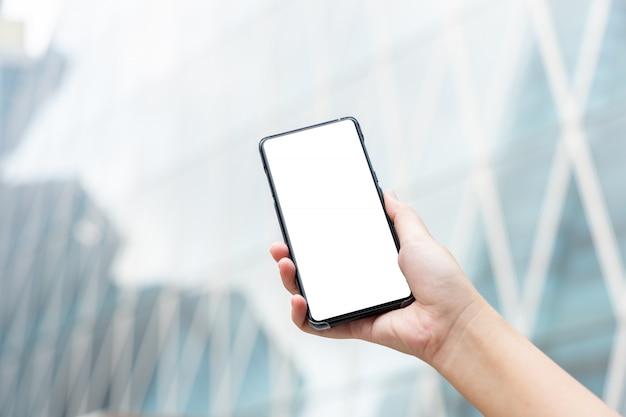Das modellbild der frauenhand mobile smartphones halten lokalisierte weißen bildschirm Premium Fotos