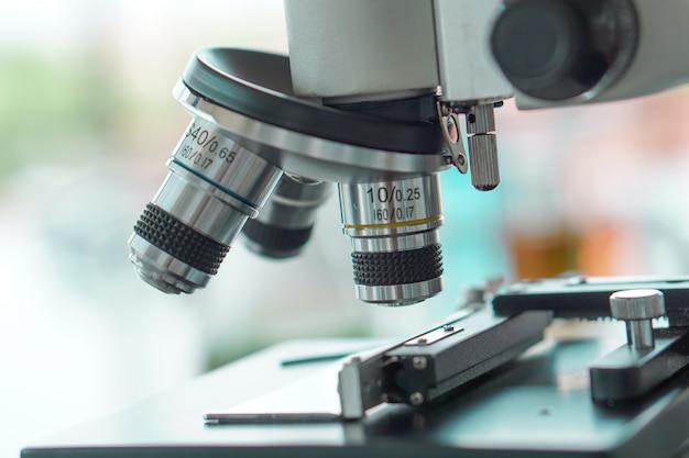 Das optische mikroskop ist einsatzbereit für die forschung Premium Fotos