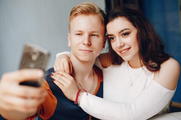 Das paar sitzt nebeneinander und umarmt sich Kostenlose Fotos