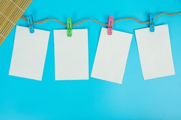 Das papier, das an der seilschiene aufgehängt war, wurde auf ein blaues gelegt. Kostenlose Fotos