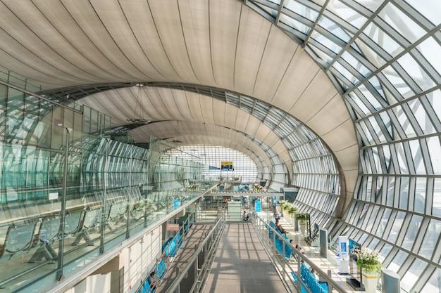 Das passagiergebäude des flughafens suvarnabhumi ist einer von zwei internationalen flughäfen Premium Fotos