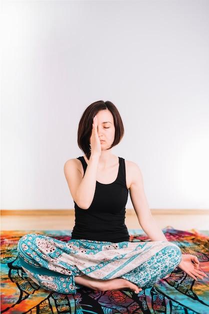 Das porträt einer jungen frau, die mit augen meditiert, schloss Kostenlose Fotos