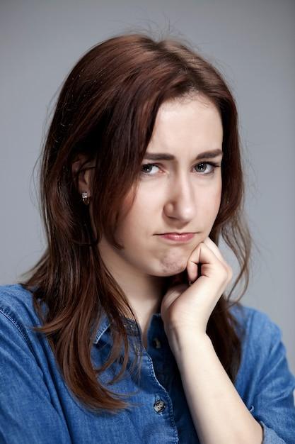 Das porträt einer schönen traurigen mädchen nahaufnahme Kostenlose Fotos