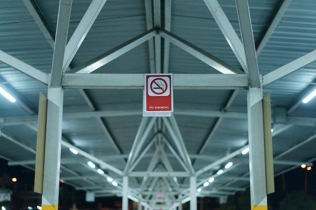Das rauchverbotsschild banner im parkplatz im freien Premium Fotos