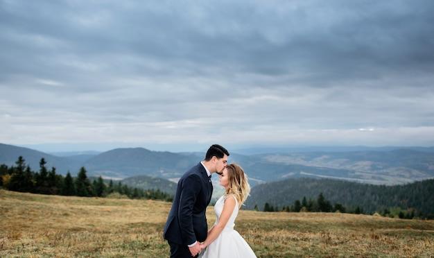 Das reizende paar in der liebe griff der hände Premium Fotos