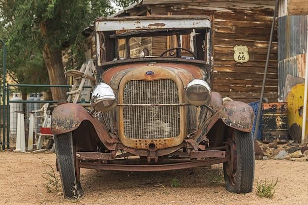 Das retro auto in der route 66 in arizona usa. Premium Fotos