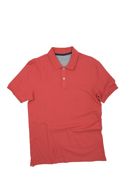 Das rote hemd ist auf einem weißen hintergrund, isoliert. layout, modell, platz für das etikett. Premium Fotos