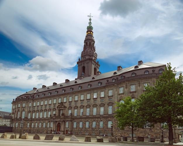 Das schloss christiansborg auf der winzigen insel slotsholmen beherbergt das dänische parlament folketinget, den obersten gerichtshof und das staatsministerium. Premium Fotos