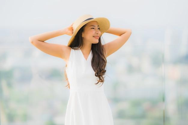 Das schöne junge asiatische frauenlächeln des porträts glücklich und fühlen sich frei Kostenlose Fotos