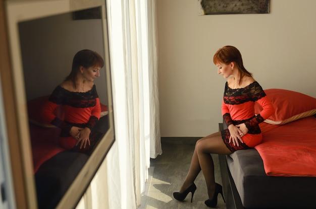 Das schöne junge mädchen im hotelzimmer Premium Fotos