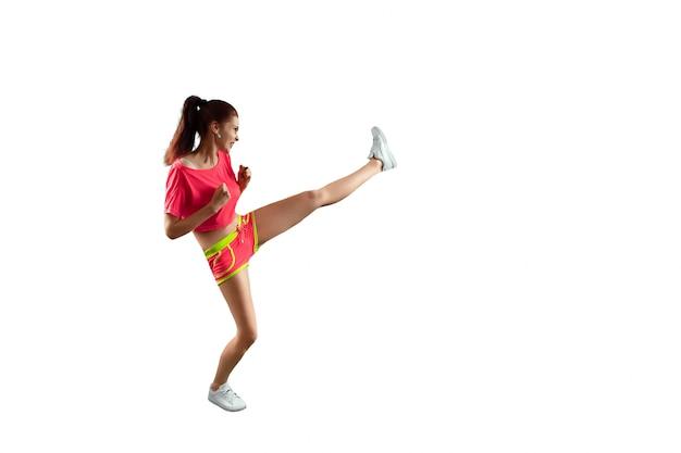 Das schöne, junge mädchen schlägt einen fuß, treibt sport. das konzept der gewichtsabnahme, sporttraining, ernährung, gesunde ernährung Premium Fotos