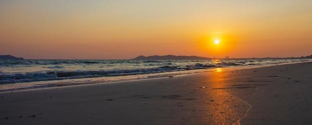 Das schöne licht des sonnenuntergangs am strand rayong, thailand Premium Fotos