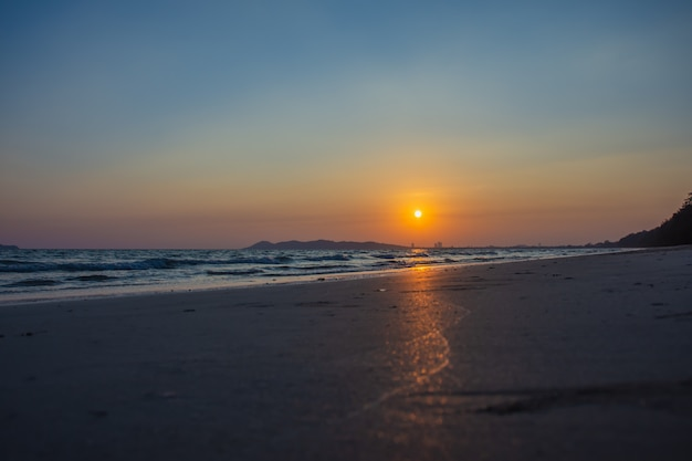 Das schöne licht des sonnenuntergangs am strand Premium Fotos