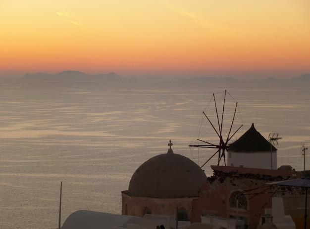 Das schöne nachleuchten des sonnenuntergangs in oia village auf der insel santorini in griechenland Premium Fotos