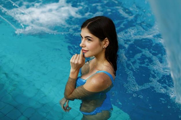 Das sexuelle mädchen steht im schwimmbad Kostenlose Fotos