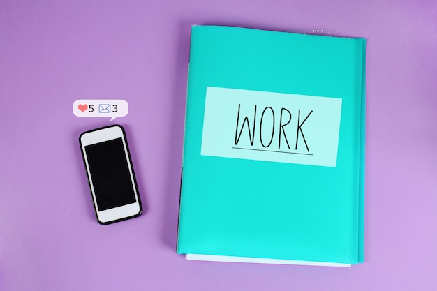 Das telefon lenkt von der arbeit sozialer netzwerkwarnungen ab. Premium Fotos