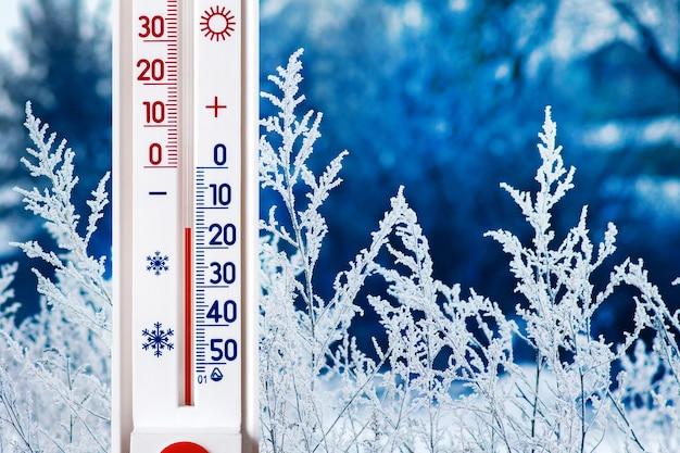 Das thermometer auf einem hintergrund der winterlandschaft Premium Fotos