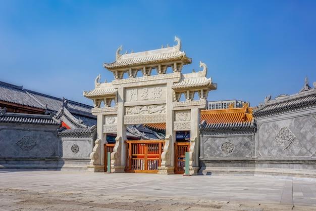 Das tor des chinesischen steinbogens in der antiken stadt jimo, qingdao Premium Fotos