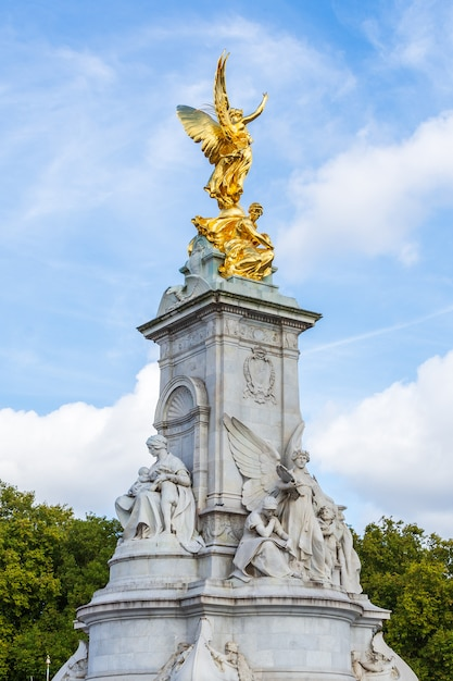 Das victoria memorial an queen victoria befindet sich am ende der mall in london Premium Fotos