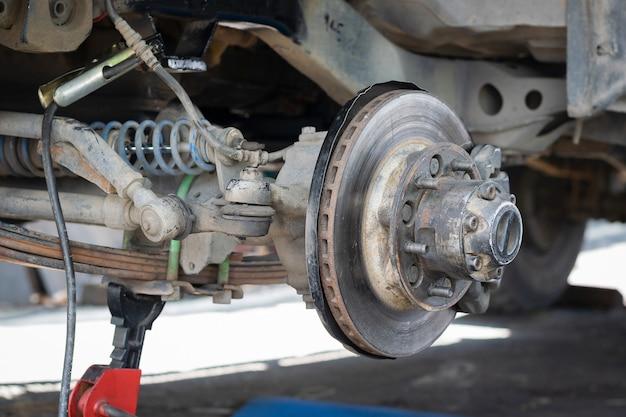 Das vorderrad des autos wurde entfernt, um das bremssystem zu reparieren. Premium Fotos
