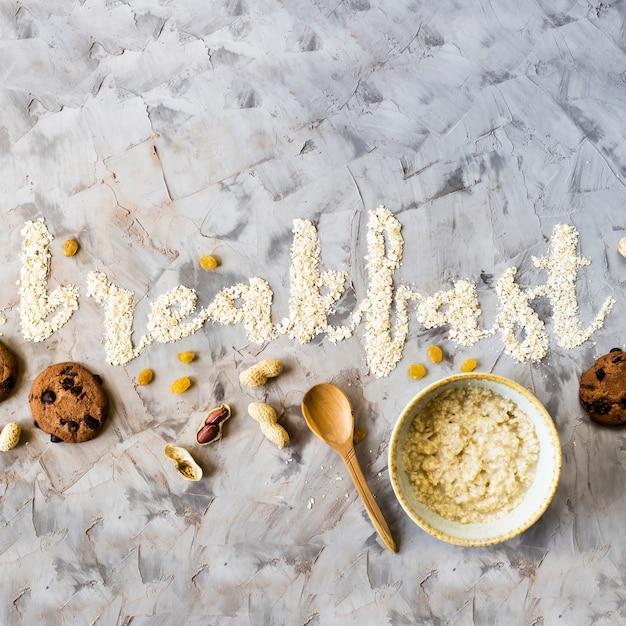 Das wortfrühstück wird auf einen grauen hintergrund des hafermehls geschrieben Premium Fotos