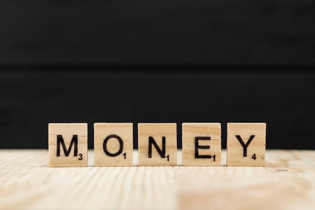 Das wortgeld buchstabiert mit hölzernen buchstaben Kostenlose Fotos