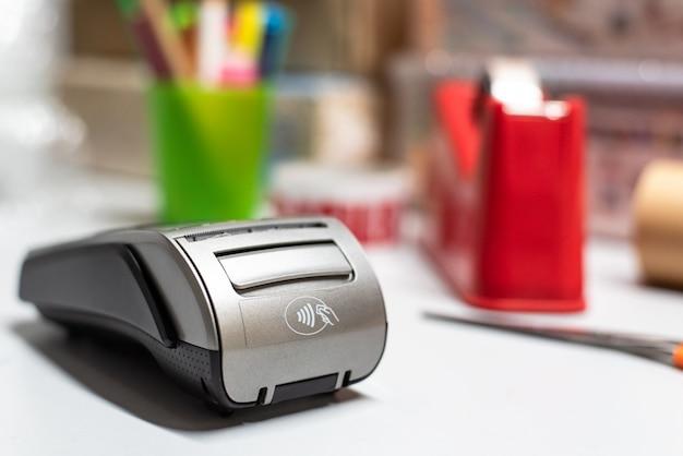 Dataphone, um bei einkäufen mit einem pos-terminal mit kreditkarte bezahlen zu können. Premium Fotos