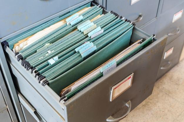Dateiordner in einem aktenschrank Premium Fotos