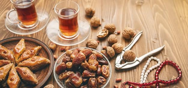 Datteln, rosenkränze und baklava. ramadan. Premium Fotos