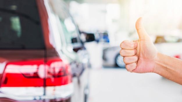 Daumen hoch im autohaus Kostenlose Fotos