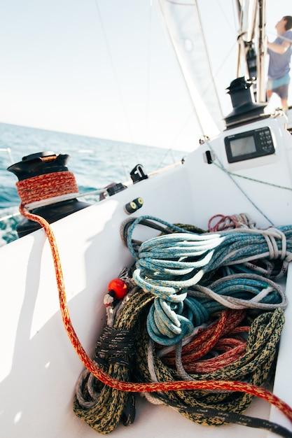 Deck der professionellen rennyacht im wind gelehnt Kostenlose Fotos