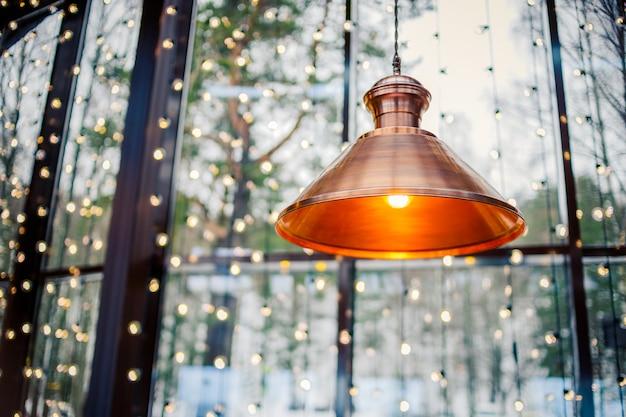 Deckenleuchte dekor zu hause oder im geschäft hell in orangefarbenem licht. Premium Fotos