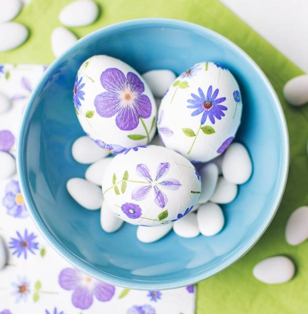 Decoupagierte eier mit dragees in schüssel Kostenlose Fotos