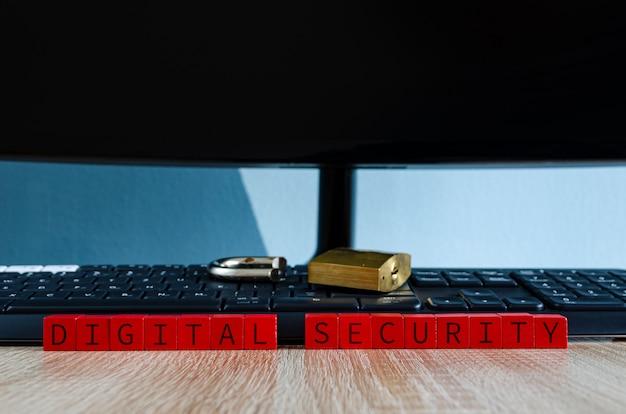 Defektes vorhängeschloss auf der computertastatur als konzept für kaputte digitale sicherheit Premium Fotos
