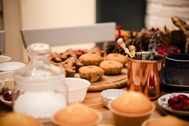 Defocused kleine kuchen mit puderzucker im glas Kostenlose Fotos