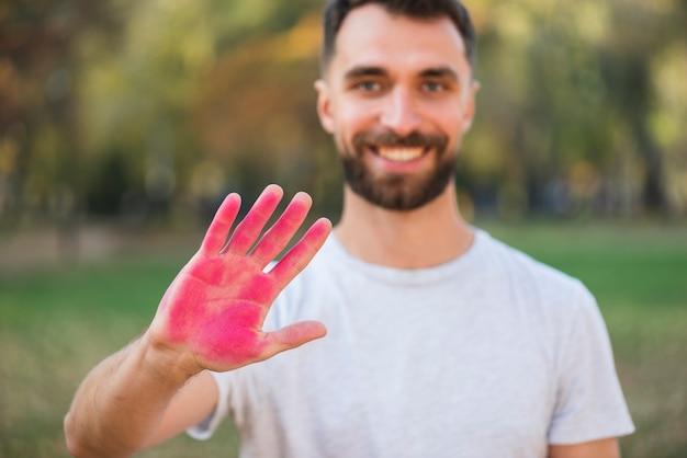 Defokussierter mann, der farbige hand hält Kostenlose Fotos