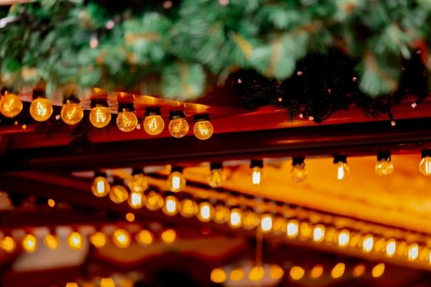 Dekoration der feenhaften lichter von holzhäusern auf weihnachtsmarkt in breslau, polen Premium Fotos