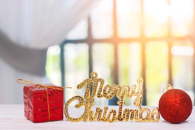 Dekoration der frohen weihnachten auf holztisch Premium Fotos