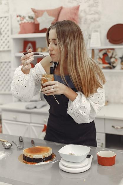 Dekoration des fertigen desserts. das konzept von hausgemachtem gebäck, kuchen kochen. Kostenlose Fotos