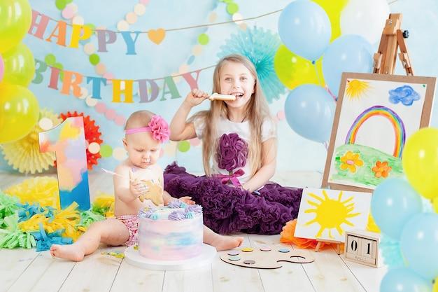 Dekoration für den ersten geburtstag des jungen, kuchen im art-painter-stil zerschlagen Premium Fotos