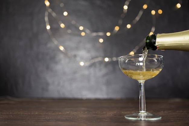 Dekoration mit champagner und glas gießen Kostenlose Fotos