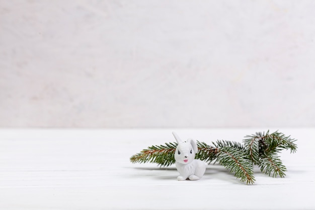 Dekoration mit dem tannenbaumzweig und weißem kaninchen Kostenlose Fotos