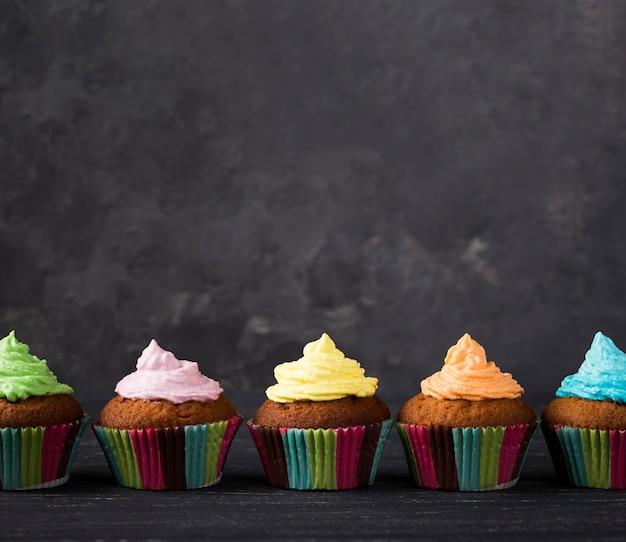 Dekoration mit muffins mit bunter glasur Kostenlose Fotos
