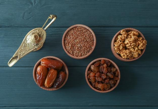 Dekoration und essen des ramadan kareem-feiertags auf hölzernem hintergrund Premium Fotos