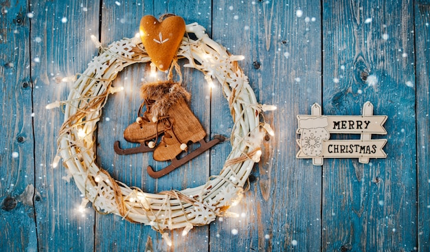 Dekorationen des neuen jahres um leeren raum des weihnachtsbriefs für brennende lichtgirlanden des textes auf blauem hölzernem hintergrund. Premium Fotos